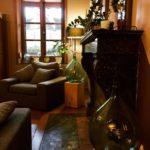 Le salon et la cheminée en marbre